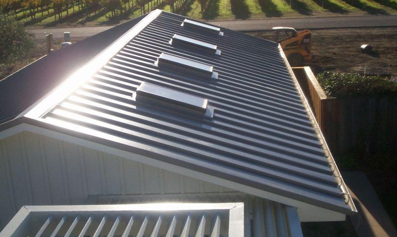 Профнастил для крыши - обзор лучших видов, советы по применению и особенности изоляции железной кровли (80 фото)